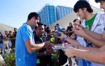 FOTOGALERIE: Novak Djokovic dă autografe în Abu Dhabi. Vedeţi şi programul turneului