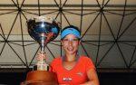 FOTOGALERIE: Jie Zheng a câştigat trofeul la Auckland după ce Flavia Pennetta a abandonat