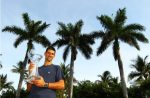 POZA ZILEI, 2 aprilie 2012: Novak Djokovic cu trofeul apărat cu succes la Miami