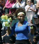 POZA ZILEI, 9 aprilie 2012: Serena Williams cu trofeul de la Charleston, al 40-lea din carieră