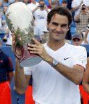 Roger Federer cu trofeul de la Cincinnati