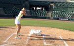 POZA ZILEI, 29 noiembrie 2012: Maria Sharapova și-a demonstrat abilitățile în baseball