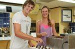 Olivia Rogowska si Ben Mitchell au facut bomboane de ciocolata la Brisbane
