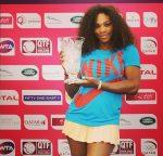 POZA ZILEI, 16 februarie 2013: Serena Williams cu trofeul primit la Doha pentru revenirea pe locul 1 în lume