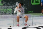 FOTOGALERIE: Imagini cu Novak Djokovic și trofeul cucerit pentru a patra oară la Miami