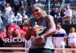 FOTO: Serena Williams cu trofeul cucerit la Roma, al 60-lea titlu WTA al carierei