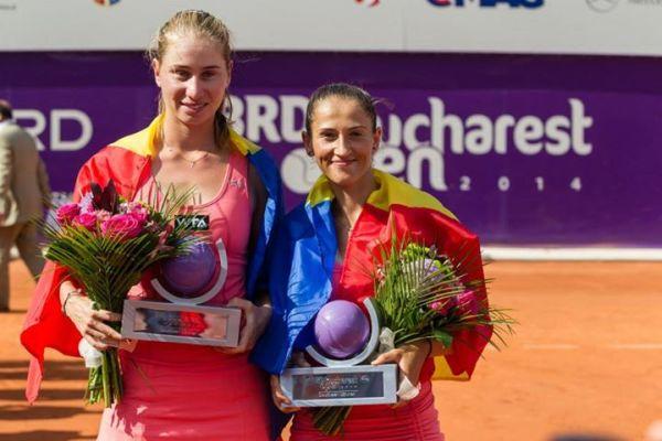 Alexandra Cadantu si Elena Bogdan cu trofeele cucerite la dublu la Bucuresti