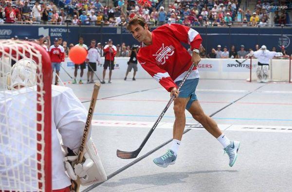 Roger Federer in plina actiune la hochei pe asfalt în Toronto