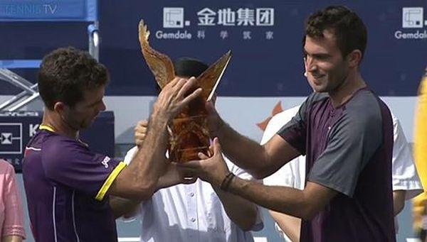 Horia Tecau si Jean Julien Rojer cu trofeul Shenzen 2014