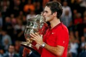 Federer cu trofeul cucerit la Basel in 2014