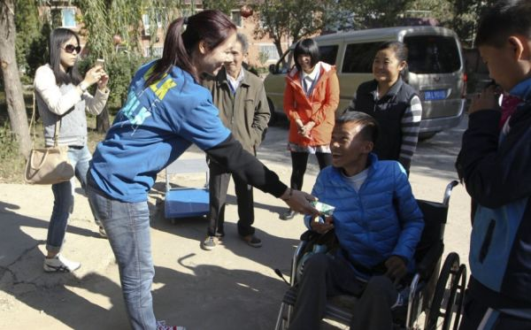 Li Na a impartit produse la o scoala din Beijing