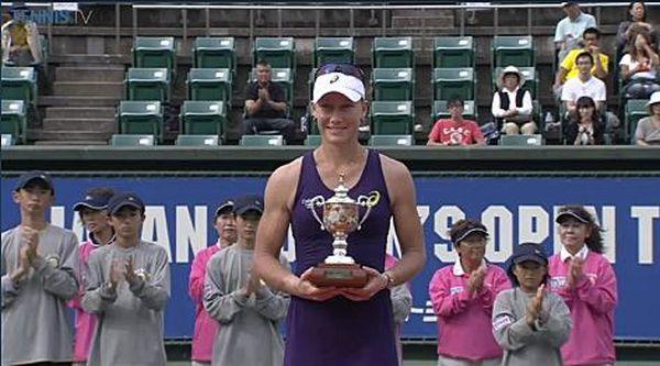 Samantha Stosur cu trofeul cucerit la Osaka in 2014