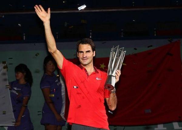 Roger Federer cu trofeul de la Shanghai