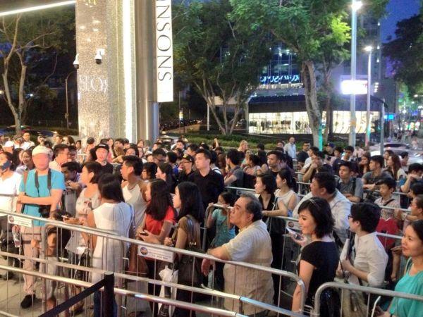 Coada fani lansare Sugarpova in Singapore