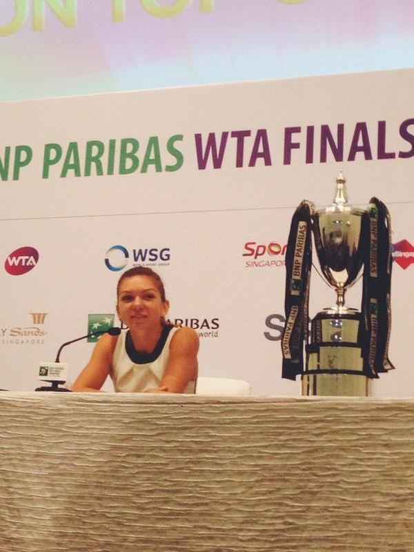 Simona Halep alaturi de trofeul ce va fi acordat la Turneul Campioanelor
