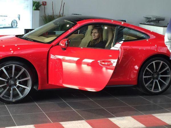 Simona Halep la volanul noului sau Porsche