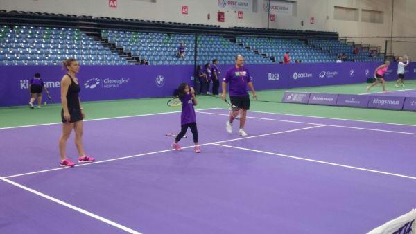 Simona Halep a jucat tenis cu copii in Singapore