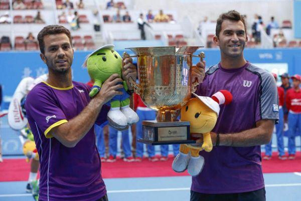 Horia Tecau si Jean Julien Rojer trofeu campioni ATP 500 Beijing