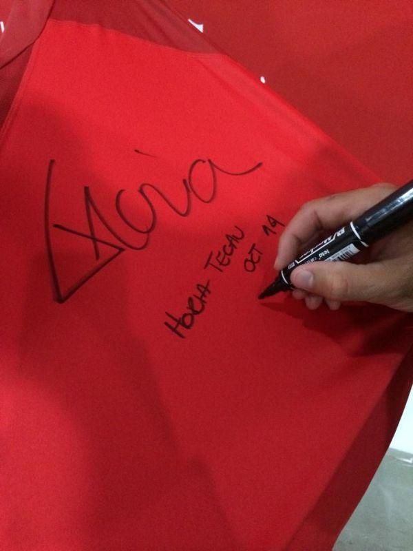 Horia Tecau si tricoul cu autograf daruit campaniei Speranta pentru Albert