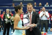Raluca Olaru primeste trofeul de la Linz