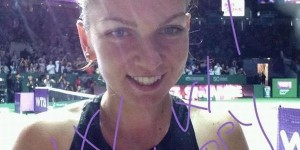 Simona Halep s-a obişnuit să dea obişnuitul autograf al învingătoarelor pe camera de filmat la finalul meciurilor de la Turneul Campioanelor. La finalul victoriei de vis cu Serena Williams, acel...