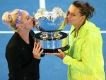 FOTO Bethanie Mattek Sands şi Lucie Safarova cu trofeul cucerit în proba de dublu la Australian Open