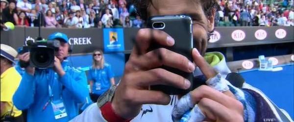 Rafael Nadal s-a calificat în sferturile de finală ale Australian Open și apoi s-a distrat puțin cu operatorul televiziunii australiene. După victoria cu 7-5, 6-1, 6-4 obținută în optimile de...