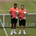 FOTO: Florin Mergea şi Rohan Bopanna cu trofeul primit pentru locul 2 la Halle