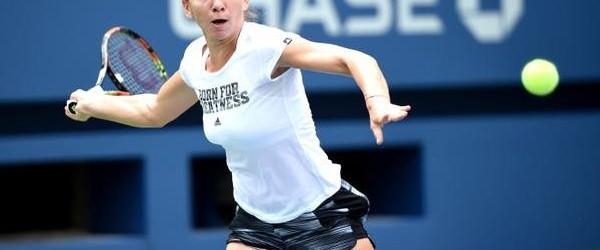 Simona Halep s-a antrenat azi la US Open cu un tricou care i se potrivește perfect. E știut obiceiul celor de la Adidas de a personaliza mesajele de pe tricourile...