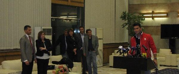 Horia Tecău a revenit în această seară în România. Ca un campion adevărat, el a fost așteptat la Salonul Oficial de la Aeroportul Henri Coandă de secretarul de stat Carmen...