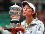 FOTO: Garbine Muguruza cu trofeul cucerit în premieră la Roland Garros