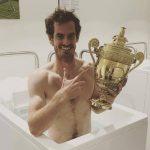POZA ZILEI, 10 iulie 2016: Andy Murray şi-a luat trofeul de la Wimbledon şi în baia cu gheaţă