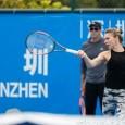 Simona Halep s-a antrenat azi pe terenurile de la Shenzhen, acolo unde va debuta marți, contra Jelenei Jankovic. Campioană acum un an, Simona are totuși nevoie de o perioadă de...