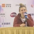 """Învinsă în turul secund al turneului de la Shenzhen, Simona Halep a încercat să explice jurnaliştilor ce s-a întâmplat în meciul cu Katerina Siniakova. """"Cred că ea a jucat foarte..."""