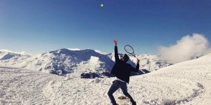 """Elvețianul Roger Federer a fost, în acest weekend, protagonistul unei ședințe foto inedite. Federer a """"jucat tenis"""" pe vârful înzăpezit al unui munte din Elveția, acolo unde a dus și..."""