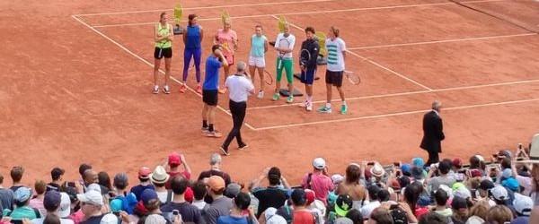 Simona Halep s-a numărat printre jucătoarele invitate azi să participe la Kid's Day la Roland Garros. Mai jos o vedeți pe Simona alături de Muguruza, Pliskova și Kuznetsova, înaintea intrării...