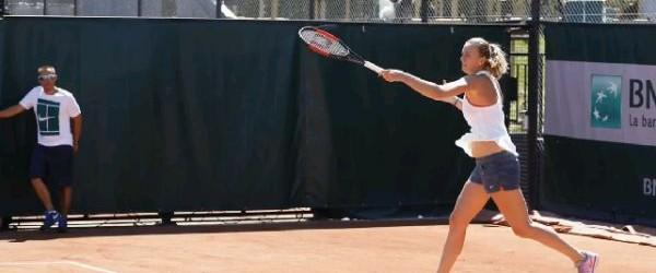 Atacată cu cuţitul în propria casă în iarnă, cehoaica Petra Kvitova a făcut azi primul antrenament la Roland Garros. Operată la mâna stângă, la care a avut tendoanele tăiate de...