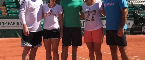 Simona Halep s-a antrenat azi cu Svetlana Kuznetsova pe terenurile de la Roland Garros. A fost urmărită, din tribune, de un fost lider mondial, Andre Agassi. Simona Halep încearcă să-şi...