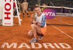 FOTO: Simona Halep cu trofeul cucerit la Madrid