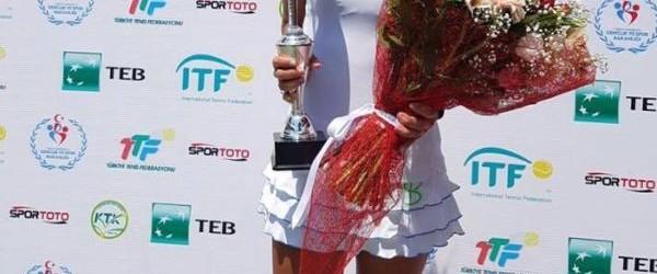 Mihaela Buzărnescu traversează cele mai bune două săptămâni din carieră. Ea a cucerit azi titlul la Izmir, după ce a învins-o cuscorul de 6-1, 6-0, pe Eri Hozumi, a opta...