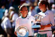 Simona Halep, alaturi de invingatoarea ei din finala de la Roland Garros 2017, Jelena Ostapenko, la festivitatea de premiere