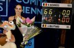 Mihaela Buzărnescu ESTE CAMPIOANĂ la Poitiers, așa că va urca 17 locuri în lume. Iată câteva fotografii cu ea și trofeul