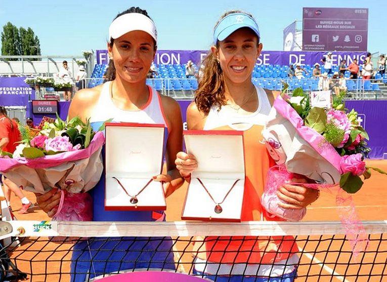 Mihaela Buzărnescu și Raluca Olaru, cu trofeul cucerit la Strasbourg