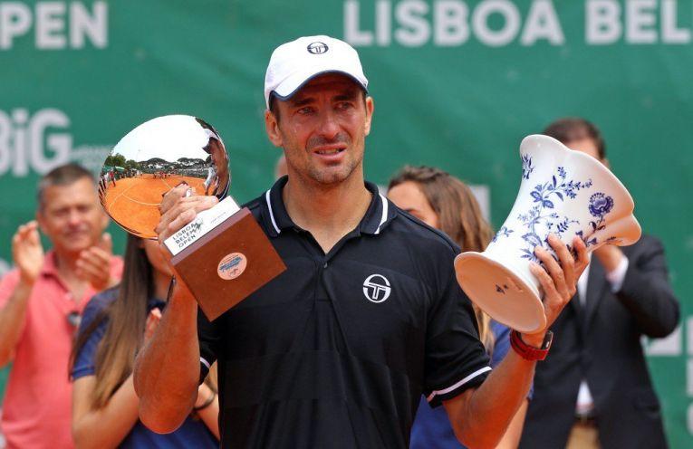 Tommy Robredo cu lacrimi pe obraji si cu trofeele cucerite la Lisabona