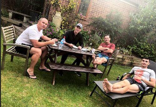 Theo Cercel, Darren Cahill, Andrei Pavel si Andrei Cristofor au petrecut seara in curtea casei din Londra a Simonei Halep