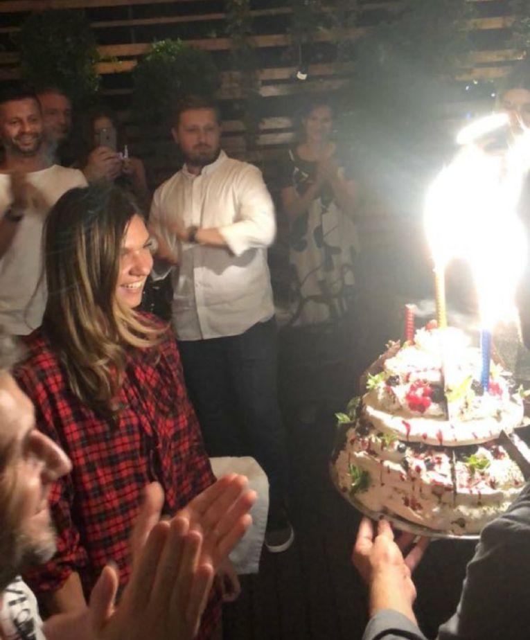 Simona Halep s-a bucurat ca un copil la aparitia tortului primit din partea restaurantului Biutiful By the lake