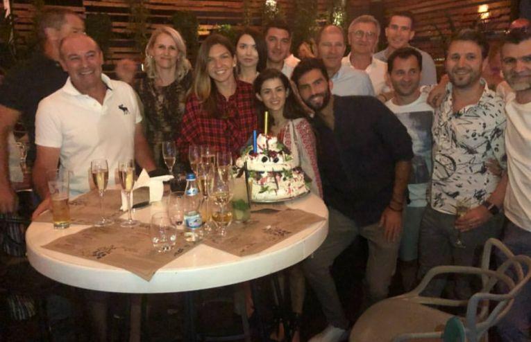 Simona halep si invitatii sai la petrecerea organizata dupa castigarea titlului la Roland Garros 2018