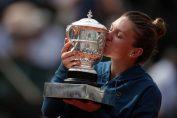 Simona halep sărută trofeul cucerit la Roland Garros 2018