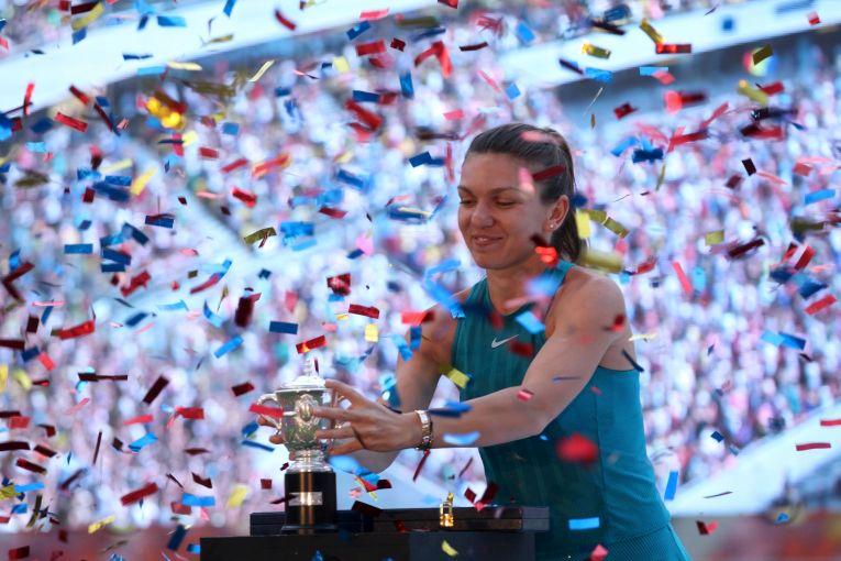 Simona Halep are grija de trofeul cucerit la Roland Garros 2018, pe scena de la Arena Nationala