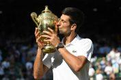 Novak Djokovic saruta trofeul cucerit la Wimbledon 2018